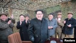 金正恩(中)觀看了最近的一次彈道導彈發射試驗
