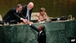 Prezident Barak Obama BMT-nin Baş Assambleyasının sessiyasında Baş katib Pan Gi Munla görüşür