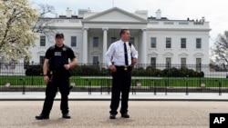 Efectivos del Servicio Secreto vigilan los alrededores de la Casa Blanca.