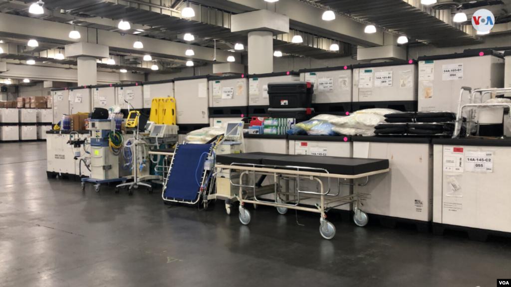 El equipo médico dentro del Centro de Convenciones Jacob K. Javits después de que el gobernador de Nueva York, Andrew Cuomo, anunciara que el sitio se convertirá parcialmente en un hospital.