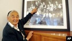 Maria Franziska von Trapp, hija del barón austríaco Georg von Trapp, muestra una foto familiar en Salzburgo, Austria, en 2008. Maria murió el martes en Vermont.