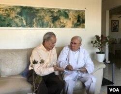 Ông Huỳnh Văn Lang (bên phải), với DVD Bách Khoa trên tay, đang trò chuyện với Phạm Phú Minh. (Ảnh: Trần Huy Bích)