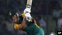 South Africa's Faf du Plessis plays a shot during their Cricket World Cup quarter-final match against New Zealand in Dhaka, March 25, 2011.