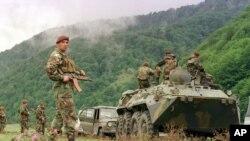 საქართველოს შინაგანი ჯარები გატაცებულ ბრიტანელ ბიზნესმენს ეძებენ. პანკისის ხეობა, სოფელ დუისთან ახლოს, 30 აგვისტო, 2002