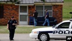4月18日美国国会警察在柯蒂斯家中搜查,当地警察在外守卫禁止他人进入他的住房