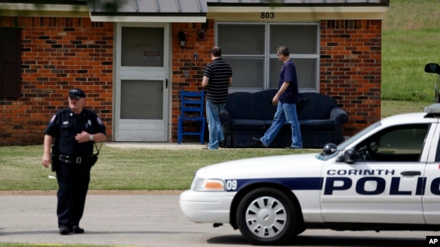 U.S. Capitol Police investigate while Corinth police officers prevent access to a house belonging to Paul Kevin Curtis, taken into custody on suspicion of sending poison letters, in Corinth, Mississippi, April 18, 2013.