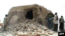 Des djihadistes islamistes détruisent un ancien sanctuaire à Tombouctou, le 1 Juillet, 2012. / AFP / STR