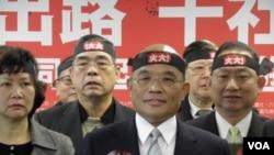 民进党主席苏贞昌等1月4号在记者会上(美国之音申华拍摄)