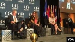 亚洲贸易中心执行主任厄尔姆斯(左二)与美国副贸易代表霍利曼(左一)在美国与东盟投资峰会上 (美国之音记者莉雅拍摄 资料照片)