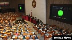 12일 한국 국회 본회의에서 '침략역사 및 위안부에 대한 반성없는 일본 아베총리 규탄 결의안'이 통과되고 있다.