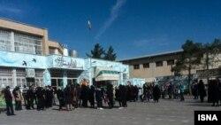 والدین دانش آموزان در حیاط مدرسه تجمع کردند.
