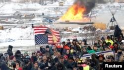 Protivnici naftovoda Dakota Access marširaju iz glavnog kampa u Kenon Bolu u Severnoj Dakoti 22. februara 2017.