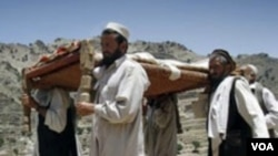 Penduduk desa Baba Dur, provinsi Nangarhar, Afghanistan memakamkan korban tewas setelah serbuan militan atas acara pernikahan (9/6).