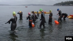 Swimmers enter the water for a mid-October chilly swim at Alki Beach in Seattle. (VOA / T. Banse)