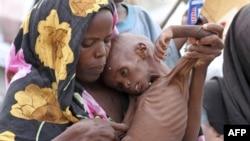 Một phụ nữ ôm người con bị suy dinh dưỡng tại trại tị nạn Al-Adala ở Mogadishu, ngày 11/8/2011