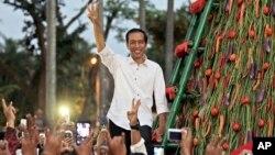 2014年7月23日,印尼当选总统佐科威向支持者致意。他伸出的三个指头象征着建国五项原则中的第三项,也就是印尼的团结统一。