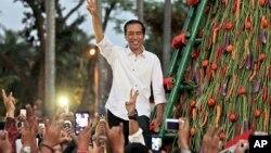 Tổng thống tân cử Joko Widodo chào những người ủng hộ