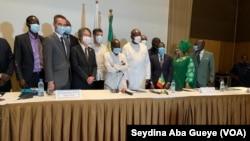 Le ministre des sports, la Maire de Dakar et les autorités olympiques accompagnés par les ambassadeurs d'Espagne, du Japon et de la France, à Dakar, le 16 juillet 2020. (VOA/Seydina Aba Gueye)