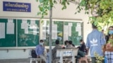 High school graduates are filling out application forms to enroll at the Royal University of Phnom Penh, on January 11, 2021. (Khan Sokummono/VOA Khmer)