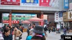 Khu trung tâm mua sắm ở thành phố biên giới Diên Cát có nhiều bảng hiệu tiếng Triều Tiên, Trung Quốc, 4/4/2013