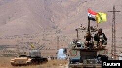 بیرق سوریه و حزب الله لبنان بر فراز یک تانک