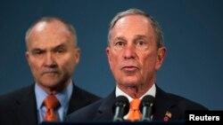 Thị trưởng New York Michael Bloomberg (phải) nói về việc các nghi can vụ nổ bom ở Boston nhắm tới New York trong một cuộc họp báo, 25/4/13