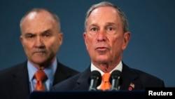 Walikota New York, Michael Bloomberg (kanan) berbicara kepada media mengenai tersangka bom Boston, didampingi Kepala Polisi New York, Ray Kelly (25/4).
