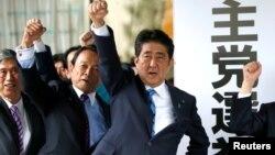 Japanski premijer Šinzo Abe (3. s leva) i poslanici iz njegove partije podižu pesnice dok obećavaju da će pobediti u predstojećim izborima za Donji dom parlamenta, u prostorijama njihove partije, 28. septembra 2017.