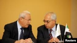 Tân lãnh đạo của Hội đồng Quốc gia Syria Abdulbaset Sieda (phải) nói chuyện với gười tiền nhiệm Burhan Ghalioun trước 1 cuộc họp báo ở Istanbul, 10/6/2012