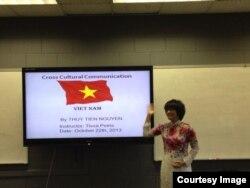 Chị Thủy Tiên thuyết trình về văn hóa Việt Nam