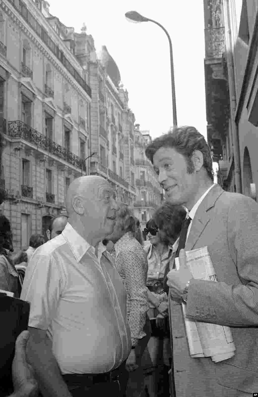 پیتر اوتول در حال صحبت با اوتو پرمینگر، کارگردان سینما سر صحنه فیلمبرداری «رُزباد» در پاریس، 27 ژوئیه 1974