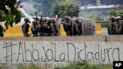 Fuerzas de seguridad bloquean una marcha en una autopista de Caracas.