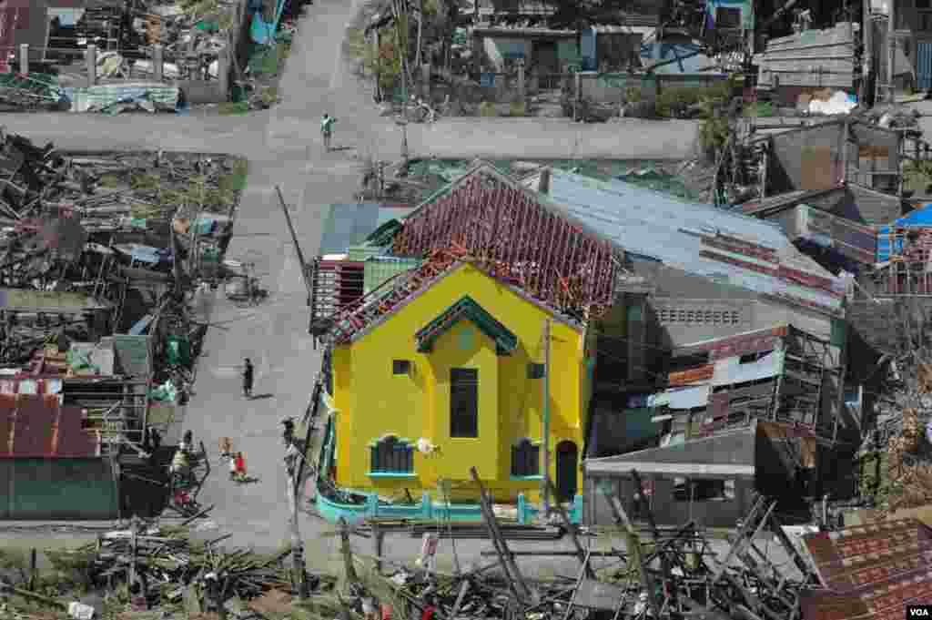 Some of the damage from Typhoon Haiyan in Lawaan, Eastern Samar Philippines, Nov. 19, 2013. (Steve Herman/VOA)