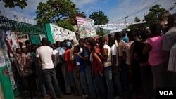 Haitianos hacen largas filas en los centros de votación para intentar cambiar el rumbo del país.