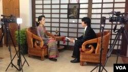 Trưởng ban Miến ngữ đài VOA Than Lwin Htun phỏng vấn bà Aung San Suu Kyi