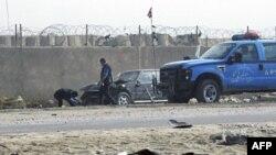 Một chiếc xe bị hư hại sau vụ đánh bom tự sát ở thị trấn Taji, phía bắc thủ đô Baghdad, ngày 28/11/2011