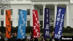 2月3日TPP協定簽署的幾個小時前,白宮門前聚集了烈反對TPP協定的活動人士。