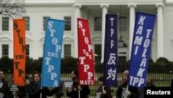 Những người chống đối Hiệp định Thương mại Đối tác Xuyên Thái Bình Dương (TPP) biểu tình bên ngoài Tòa Bạch Ốc ở Washington, ngày 3/2/2016.