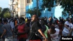 Antivladini demonstranti i učesnici protesta podrške vladi na ulicama Havane 11. jula 2021.