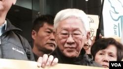 天主教香港教區榮休主教陳日君到場聲援和平佔中三位發起人 (美國之音記者湯惠芸拍攝)