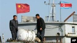 북한 신의주와 단동을 오가는 화물선. (자료사진)