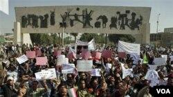 Para demonstran mengumandangkan slogan-slogan anti-pemerintah dalam demonstrasi di Irak, Jumat (3/4).