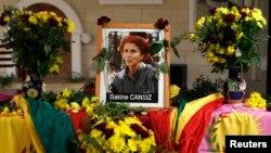 Քրդստանի աշխատավորական կուսակցության հիմնադիր Սաքինե Քանսիզի դիմանկարը՝ Փարիզի քրդական մշակութային կենտրոնում, 2013թ. հունվարի 10