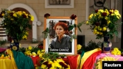 ຮູບຂອງມື້ລາງ ທ່ານນາງ Sakine Cansiz ສະມາຊິກກໍ່ຕັ້ງ ພັກກຳມະກອນຊາວເຄີດ ຫຼື PKK ທີ່ສູນກາງວັດທະນະທຳຊາວເຄີດ ຢູ່ກຸງປາຣີ (10 ມັງກອນ 2013)