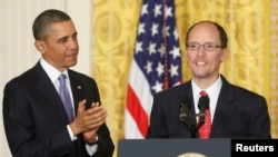 U.S. President Barack Obama (L) applauds his nomination of Assistant Attorney General Tom Perez as his next labor secretary, at the White House in Washington, March 18, 2013.