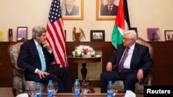 美国国务卿克里(左)今年3月26日在约旦安曼会晤巴勒斯坦领导人阿巴斯。 (资料照片)