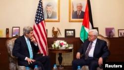 Menlu AS John Kerry (kiri), saat bertemu Presiden Palestina Mahmoud Abbasdi Amman, Yordania (26/3).