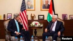 Menlu AS John Kerry (kiri) saat bertemu Presiden Mahmoud Abbas di Amman, Yordania (26/3).