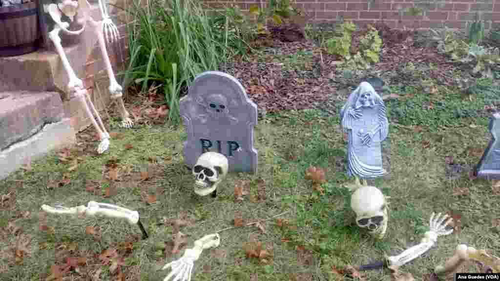 Jardim decorado com esqueletos em celebração ao Dia das Bruxas