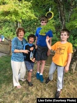 Пані Віра з онуками Майклом, Лук'яном і Левком